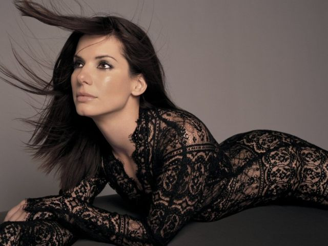Sandra Bullock - Sandra Annette Bullock (pronounced /ˈbʊlək/; born July 26, 1964) is an American actress who rose to fame in the 1990s, after roles in successful films such as Speed and While You Were Sleeping - , Celebrity, Sandra, Annette, Bullock, American, actress - Играйте головоломки пазлы с Sandra Bullock или отправьте Sandra Bullock пазл открытки своим друзьям </td><td valign=